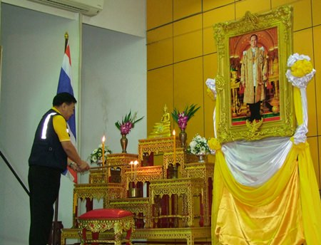 Chonburi Deputy Governor Phawat Lertmukda begins the training by performing a religious ceremony.