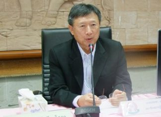 Pracha Taerat, chairman of the NRC's committee on public participation and public hearings, hosts a public forum in Chonburi to take input on national-reform measures.