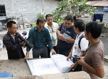 Methadol Wiehakana (2nd right), director of the 3rd Regional Department of Fine Art, explains plans to renovate the King Taksin-era temple.