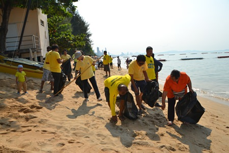 Beach Vendors and others help clean up Jomtien Beach.