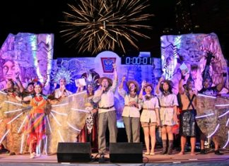 Andre Brulhart, General Manager of Centara Grand Mirage Beach Resort Pattaya, leads hotel guests and other participants in the count-down towards midnight and the beginning of a New Year.