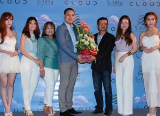 Pongsatorn Jiraprasert (4th left) and Paranee Jiraprasert (2nd right), project directors of the S-Fifty Cloud Condominium, receive congratulations during the grand opening of the 5th phase of the project.