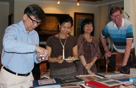 (L to R) Museum Specialist Sanchai Wongsarawanee, Team Executive Sumaivadee Merkasut, Senior Curator Suwapak Piriyapolkai and Jan Olav Aamlid studying the collection of artwork, master banknotes and specimens of Thai banknotes.