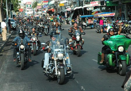 100s of big bikes rumble down Pattaya Beach Road.