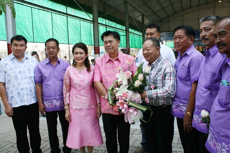 Nongprue Mayor Mai Chaiyanit (center, right) presents a bouquet of flowers to new Banglamung District Chief Chakorn Kanjawattana (center left) and his wife, the new head of Banglamung Red Cross, Usa Kanjawattana (3rd from left).