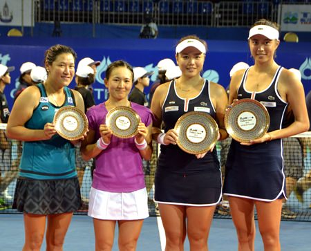 Doubles champions the Chan sisters (right) pose for a photo with beaten finalists Tamarine Tanasugarn (left) and Shuko Aoyama.