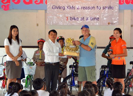 Teachers and administrators at Nong Ket Noi School thank Rick for his generosity.