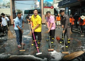 Chonburi Deputy Gov. Chamnanwit Taerat, Banglamung District Chief Chakorn Kanjawattana and many city workers and volunteers scrub Walking Street.