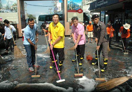 Chonburi Deputy Gov. Chamnanwit Taerat, Banglamung District Chief Chakorn Kanjawattana and many city workers and volunteers scrub Walking Street.