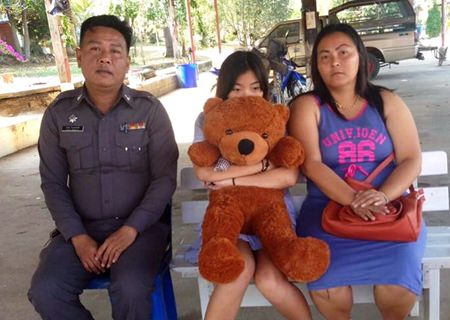 Rossarin Ruangpradap (right) thanks police for helping find her runaway daughter, who has pledged to study harder and not cause any more problems.