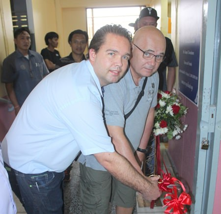 Per Egebjerg and Christian Enevoldsen jointly cut the ribbon to open the new facility.