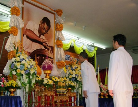 """Gov. Khomsan Ekachai leads commemorations for HM the King as the """"Father of Thai Craft Standards""""."""