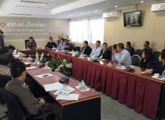 Pattaya Floating Market Managing Director Manus Meepong complains to police about unfavorable reviews that appeared on a Chinese language social site.