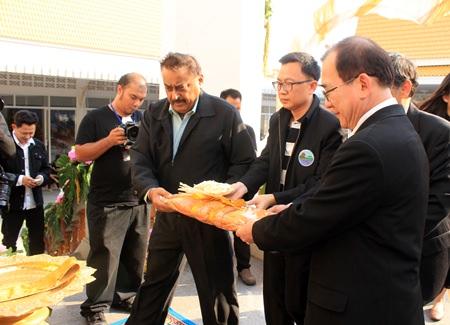 PBTA President Sinchai Wattanasartsathorn and Pratheep Singh Malhotra, managing director of Pattaya Mail Media Group, participate in the funeral ceremony.