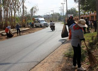 Residents in the area begin cleaning up for Nongprue Sub-district's push to reduce the area's garbage problems and beautify the community.