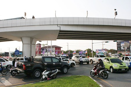 A motorcyclist was killed when he lost control of his bike on the Highway 7 overpass in North Pattaya and was vaulted over the side.