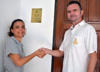 Margie Grainger (left), VP of the Hand to Hand Foundation, thanks Gavin Hazlehurst, Right Worshipful Master of Lodge Pattaya West Winds for his generosity.