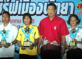 The top three in Group A, Duangkamol Phongern, Juthamas Sunthornhaw and Denchai Ruangkasem pose with their trophies.