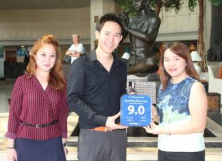 Vitanart Vathanakul (center), executive director of the Royal Cliff Hotels Group, and Ms. Maria Gequillana (left), PR & of the Royal Cliff Hotels Group, receive the Award of Excellence from Nattanan Tongmaneechareonlarb, accounts manager -hotel of Booking.com (right) at the Royal Cliff Beach Hotel.