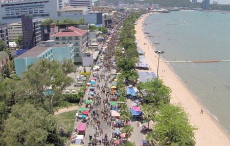 The entire Pattaya Beach Road was packed with countless numbers of water throwers from north to south.