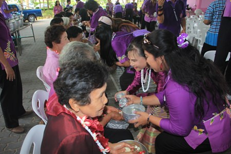 Sanctuary of Truth Managing Director Pijarn Weeriyapan organized a Buddhist relics parade around Pattaya for residents to participate in lustral water-pouring before the water wars reached their peak.