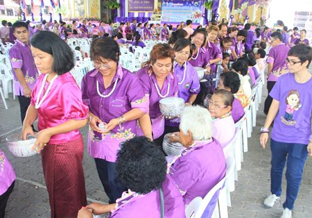City officials and guests lead the Buddhist relics parade around Pattaya.