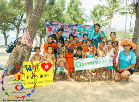 Dongtang Beach is now a good deal cleaner thanks to a team of kids and tots from Happy Home by Shelter Center Pattaya.