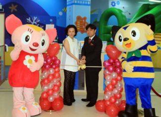 Kidzoona Managing Director Hirotaka Fukumori and Royal Garden Plaza Pattaya General Manager Lalitha Wimolpan cut the ribbon to officially open the new Kidzoona children's area.