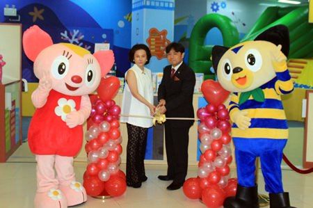 Kidzoona Managing Director Hirotaka Fukumori and Royal Garden Plaza Pattaya General Manager Lalitha Wimolpan cut the ribbon to officially open the new Kidzoona children's area.