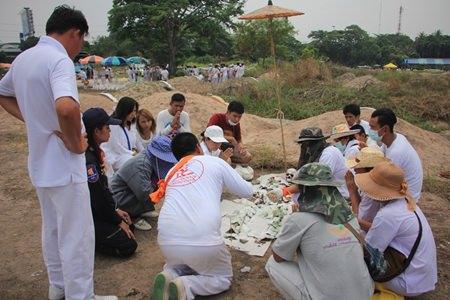 Members of Sawang organizations in Pattaya and Sa Kaeo exhume Pattaya graveyard internees without families to clean their bones and prepare them for a Buddhist cremation ceremony.