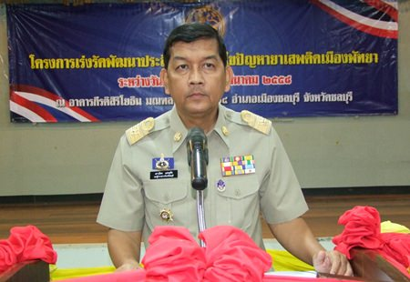 Chonburi Deputy Gov. Chawalit Saeng-Uthai presides over the Drug Enforcement Optimization Project at the 14th Military Circle.