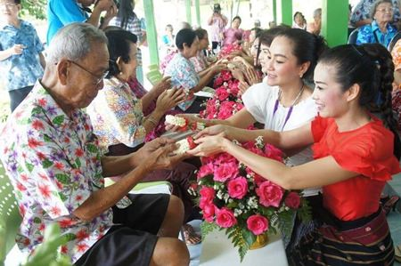 """YWCA Chairwoman Praichit Jetapai (right) and YWCA members take part in the traditional """"rod nam dam hua"""" ceremony at the Banglamung Home for the Elderly."""