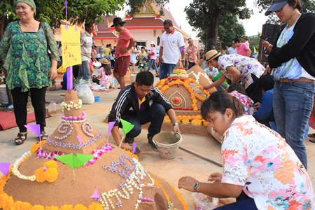 Residents of Nongprue get together for the Sand Pagoda Festival 2015.