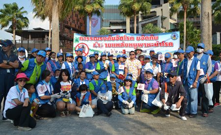 Deputy Mayor Verawat Khakhay (light colored shirt) leads over 30 volunteers in the campaign to wipe out rats along Pattaya Beach.