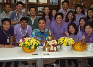 """Relatives and family members of immigration officials were invited to join the """"rod nam dum hua"""" ceremony at the Chonburi Immigration Office in Jomtien."""