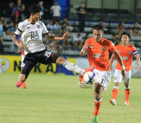 Pattaya United's Chaiyawat Buran (left) challenges for the ball with Chiangrai's Anon Sangsanoi during thie second half of their Toyota League Cup round of 64 clash at the Nongprue Stadium in Pattaya, Saturday, April 18. (Photo courtesy Chiangrai United FC)