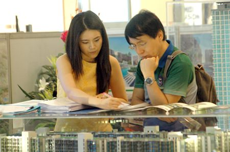 A potential customer receives information about one of the latest real estate projects in Pattaya.
