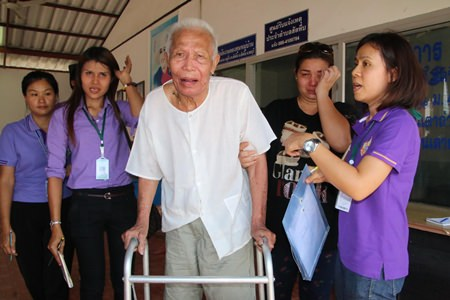 After his indigent family abandoned him at Thepprasit Temple, 81-year-old Jun Boonsaeng was rescued by caring folks from the Banglamung Home for the Elderly.