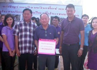 Nongprue Mayor Mai Chaiyanit (center), along with Saengthong Kaenprathoop, member of the Nongprue Municipality council, and Lt. Pramot Tuptim, Deputy Municipality Permanent Secretary, meet with the public to encourage them to donate funds to help Nepal.