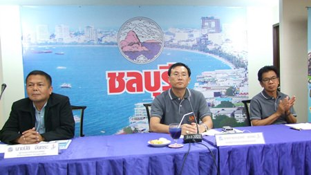 Deputy Gov. Chamnanwit Taerat welcomes To Be No. 1 Foundation board members following up on Chonburi's efforts to promote the drug-prevention clubs and host annual competitions.