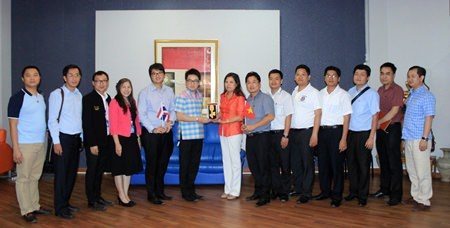 City Councilman Rattanachai Sutidechanai (center left), chairman of the Tourism and Culture Committee, presents a ceremonial key to Pattaya City to Dinh Thi Phuong Lan (center right), a member of the Vietnam National Assembly's Committee on Foreign Affairs, along with 10 other MPs and representatives from the Vietnamese Embassy in Bangkok.