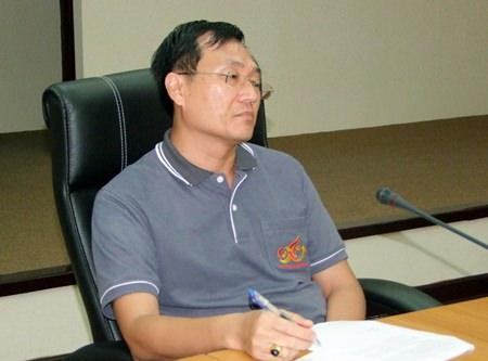 Chonburi Deputy Mayor Chamnanwit Taerat leads a meeting to plan how Chonburi will mark Monday's Visakha Bucha holiday.