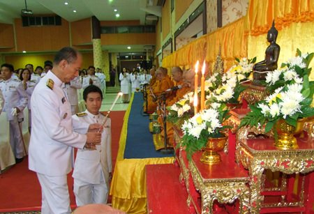 Chonburi Gov. Khomsan Ekachai lights candles and incense to lead local officials in honor HM the King on his 65th Coronation Day.