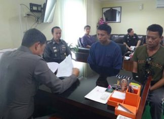 Chairat Chansawang (center) proclaims his innocence in the murder of Suwijak Prasert.