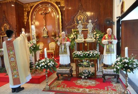 Father John Baptist Nuphan Thasmalee blesses the statues, pictures and relics in the St. Nikolaus church.