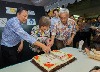Supamit Surongsain, asst. vice president, marketing, for Foodland Supermarket Co. Ltd., and his team cut the anniversary cake amid cheers from the crowd.