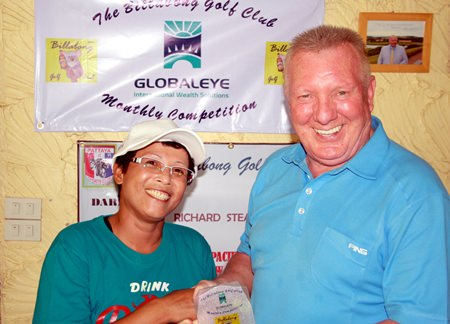 Sa (left) receives her Globaleye Trophy prize from Brian Chapman.