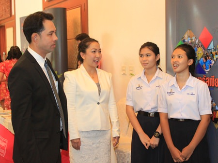 Mayor Itthiphol Kunplome chats with local students.