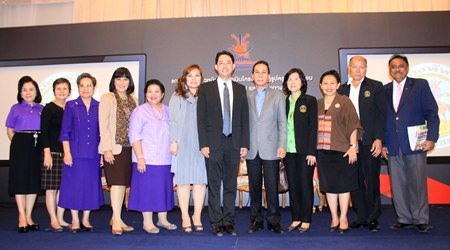 Mayor Itthiphol Kunplome (center), along with expert lecturers, community representatives, city council members, school management, teachers, and relevant organizations take part in the exhibition.
