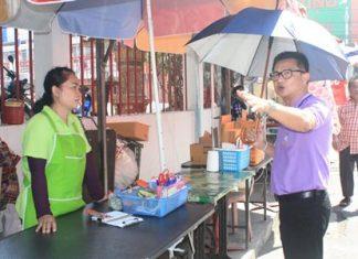 Deputy Mayor Wutisak Rermkitkarn explains the situation to one of the vendors.